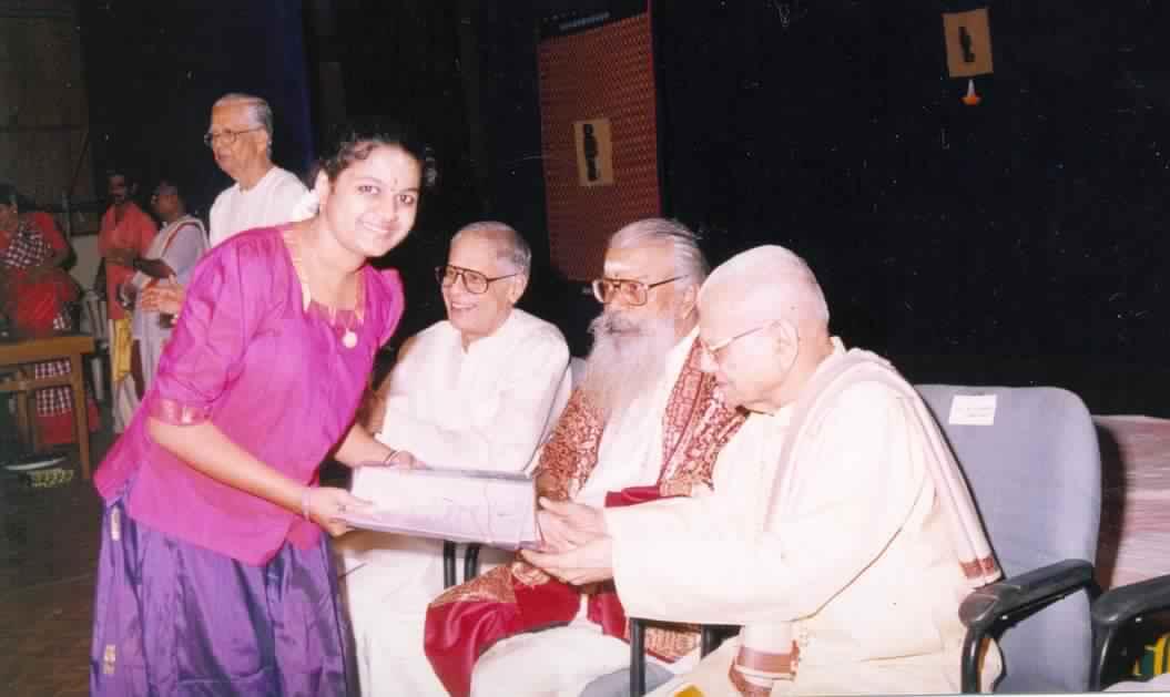 Ranjani receiving the award from Sri KV NarayanaSwamy